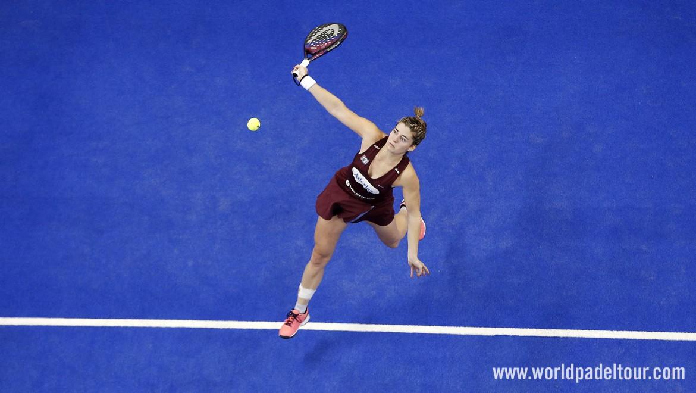 Alejandra Salazar jette sa raquette au public