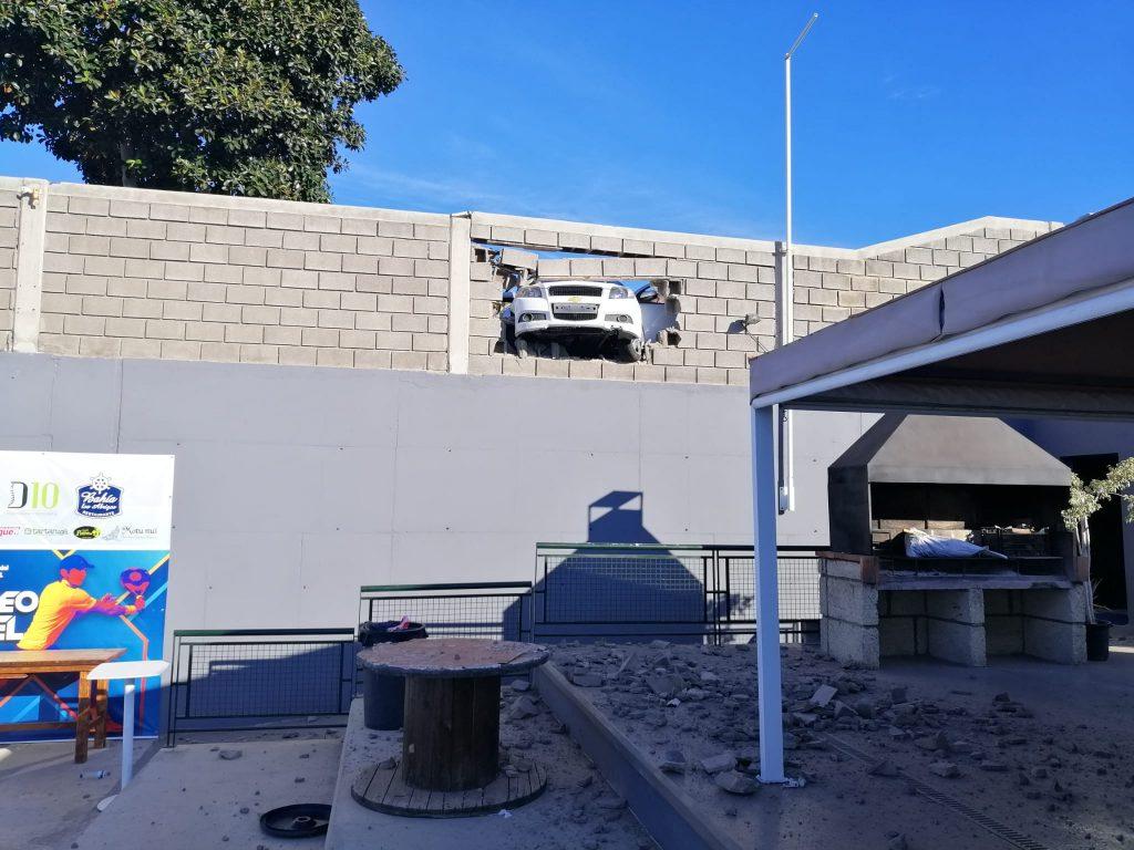 Idée déco : Une voiture encastrée dans le mur du club
