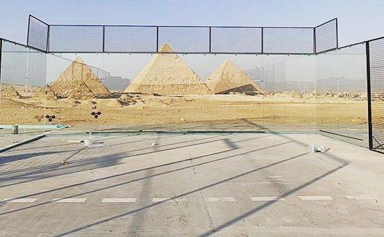 Le padel devant les Pyramides d'Egypte