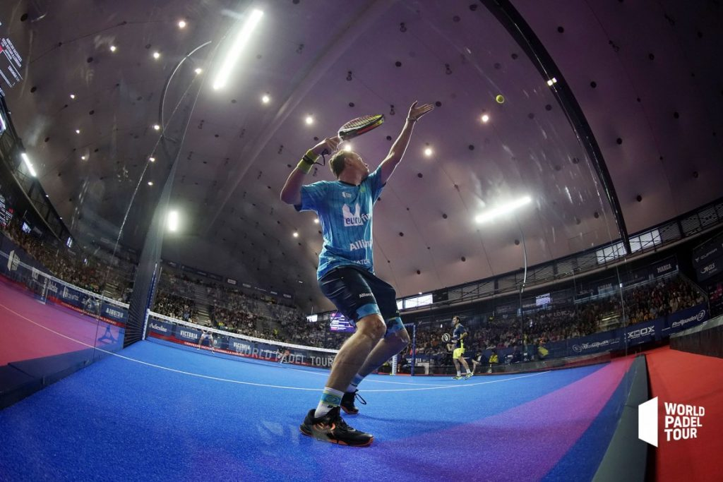 Paquito Navarro smash back from public window