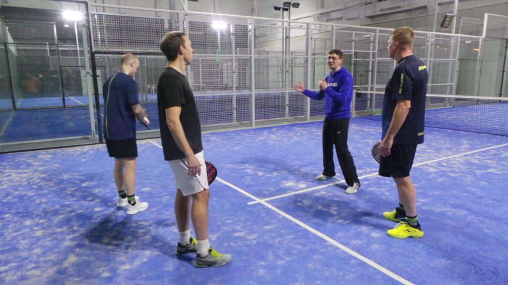 LE piège : «Un cours de tennis enseigné sur un terrain de padel»