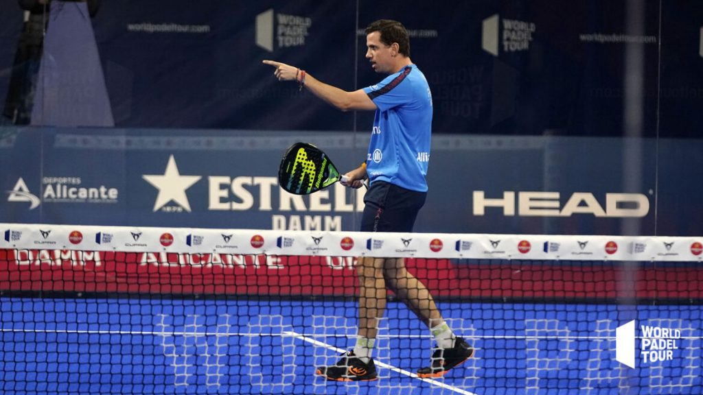 Paquito Navarro finger up