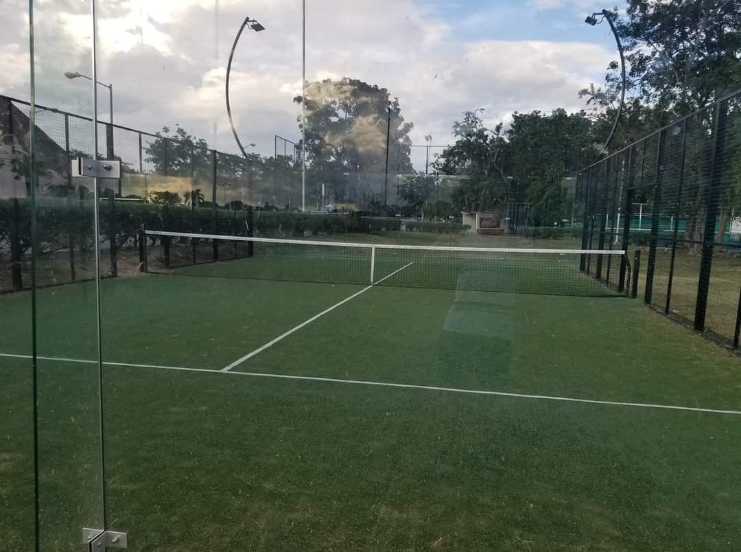Un terrain de padel en format Wimbledon avec du gazon naturel !