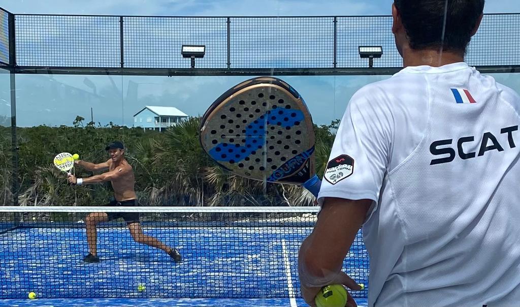 Jouer au padel à deux : avantages et inconvénients