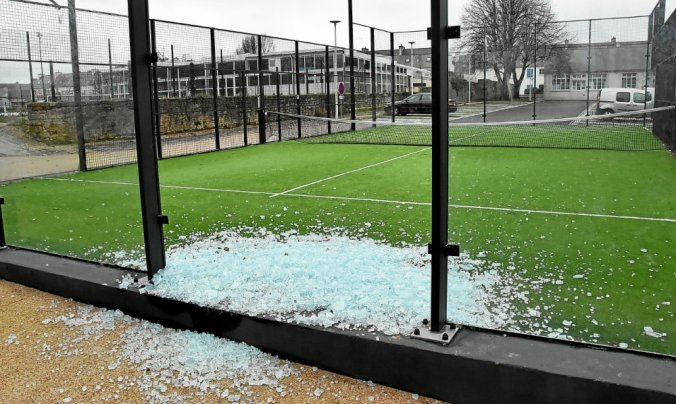 Bay tennis club - padel vandalized - Ploaré in Douarmenez in Brittany