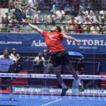 Augustin Tapia tar bollen i luften