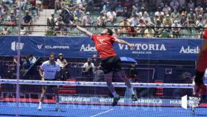 Augustin Tapia toma el balón en el aire