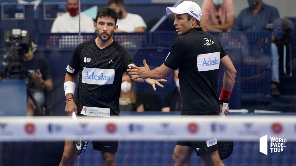 Bela ja Sanyo tarkistavat toisiaan kädessä Las Rozas Open 2021 -finaalin voitetun pisteen jälkeen