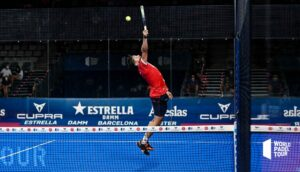 Agustin Tapia plockar upp hög boll