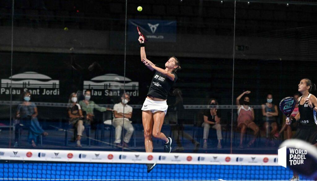 Alix Collombo prende il controllo della palla alta